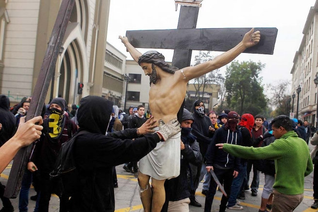 "Chile – With covered faces they profane the ""Gratitud Nacional"" Church and destroy a Crucifix"
