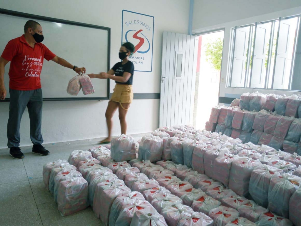 Brazil - Dom Bosco Educational Center distributes food products to 800 families in need