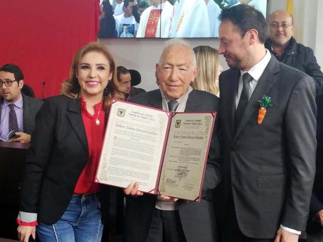 """Colombia – """"Los jóvenes buscan ser comprendidos, educados y acompañados"""": Padre Jaime García recibe Primera Orden Civil al Mérito Javier de Nicoló"""