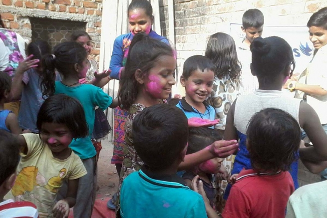 India - Festival of Colors for 325 children in shantytowns