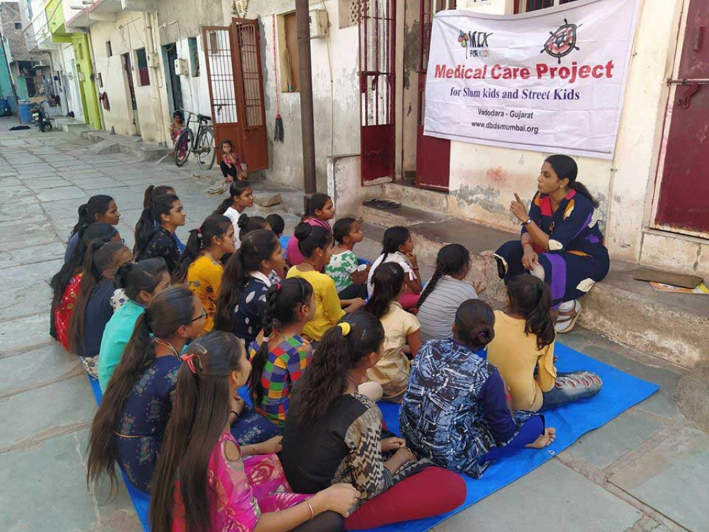 India - Coronavirus prevention information session for girls in Zanda Chowk's slum