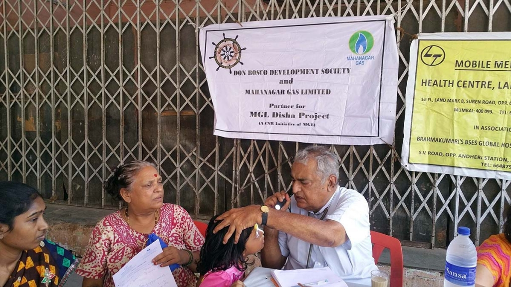 India - Free medical camp for children, young people and women of the slums