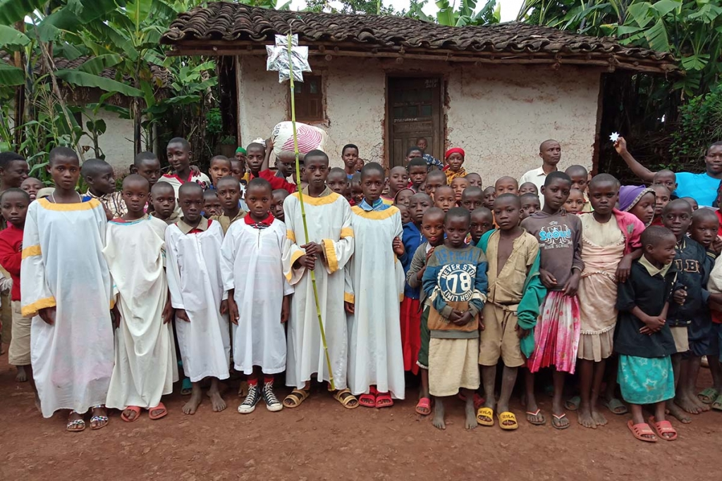 "Burundi - ""Star Singers"" raise funds and basic necessities"